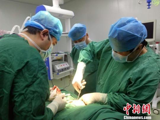 医生为环卫工人帕旦木做手术。 王小军 摄