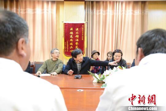 4月10日,深圳市儿童医院专家团队与塔县人民医院骨科医生们进行会诊。 勉征 摄