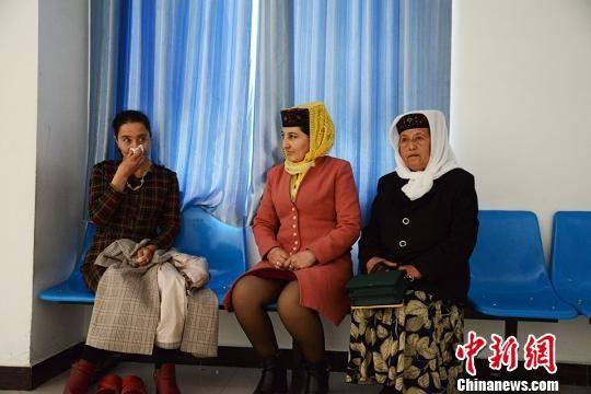 4月11日下午4时20分,14岁的塔吉克族小姑娘迪丽扎热・达大力夏被送进塔县人民医院手术室后,她的妈妈在手术室门外垂泪。 勉征 摄