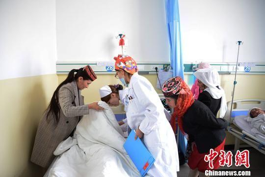4月11日,接受完手术治疗的迪丽扎热・达大力夏被送回病房。 勉征 摄