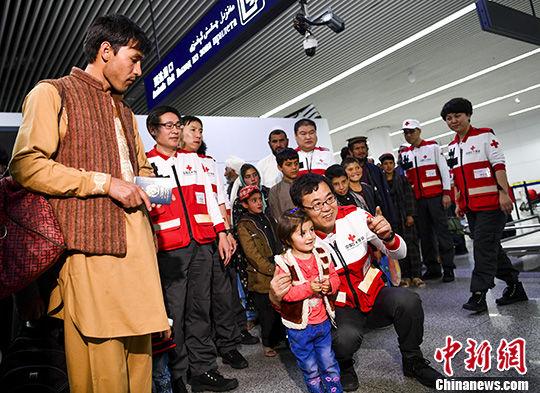 4月18日,25名阿富汗危重以及当前最宜实施手术的先天性心脏病患儿和他们的家长,乘坐航班由阿富汗首都喀布尔飞抵中国新疆乌鲁木齐国际机场。 中新社记者 刘新 摄