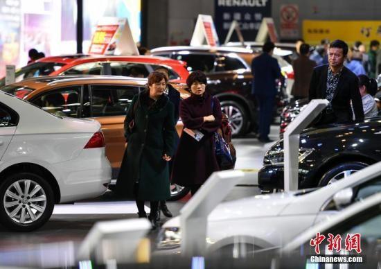 3月14日,新疆315国际车展吸引大量购车族。中新社记者 刘新 摄