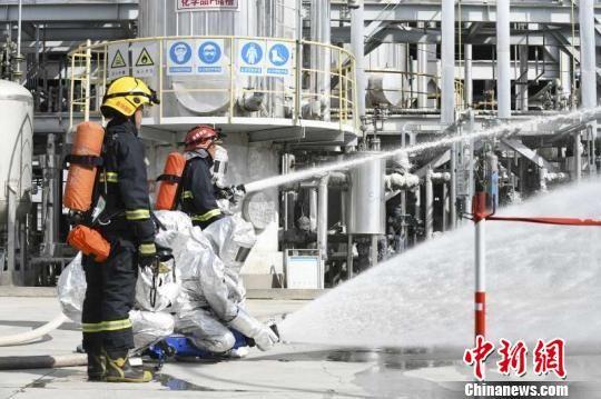 消防官兵正在喷洒灭火剂进行救援。 胡建琦 摄