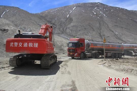 大型救援车将车辆拖出。王林 摄