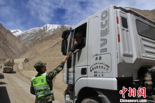 救援官兵为滞留司乘人员送上食品。 王林 摄