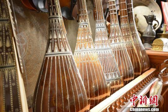 要做成一件满意的作品,每一个步骤都要小心翼翼,其中木料的拼接比雕花还重要,一不小心就会影响乐器的音色。 勉征 摄