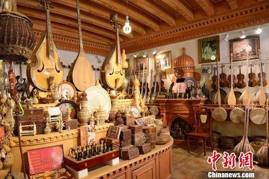 店内摆放着多种手工制作乐器。 勉征 摄