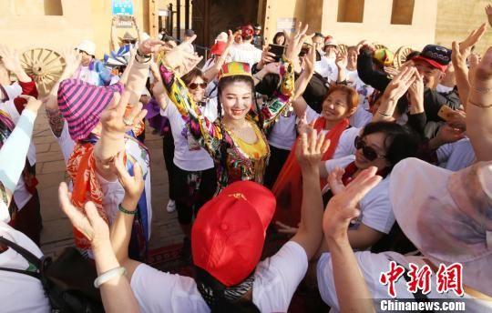 游客和景区工作人员一起舞蹈。 吴双 摄