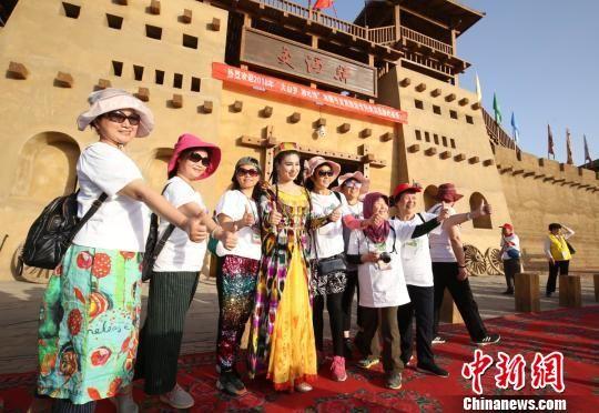 湖南游客在景点留下最美瞬间。 吴双 摄
