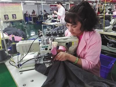 霍尔果斯的红豆服装加工厂。新京报记者 李云琦 摄