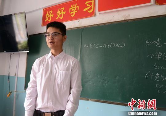刘春韦是四年级1班的副班主任同时教授数学课。 勉征 摄