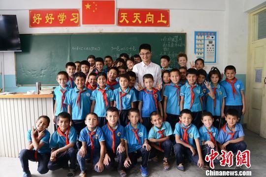 刘春韦和喀什贝西小学四年级1班的学生们。 勉征 摄