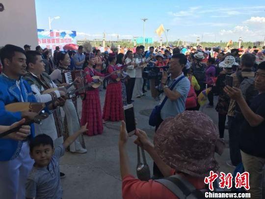 """23日,阿勒泰地区行署、吉林省援疆前方指挥部为远道而来的""""客人""""举行欢迎仪式。 戴卫国 摄"""