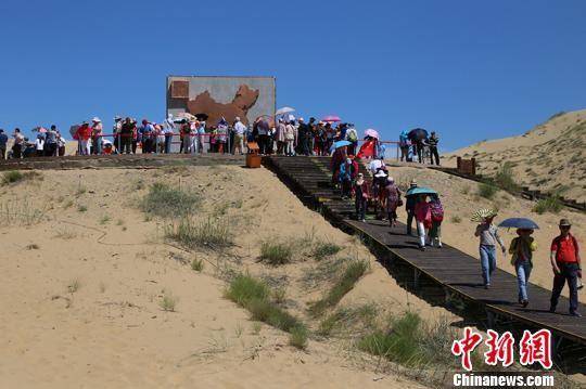 随着旅游高峰的来临,到一八五团白沙湖景区游玩的游客络绎不绝。(资料图) 杨东东 摄