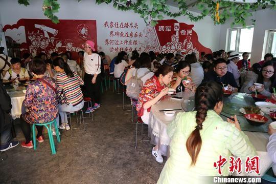 游客在一八五团白沙湖景区农家乐就餐。(资料图) 杨东东 摄