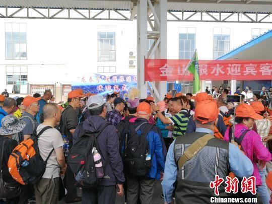 游客集中乘坐汽车前往布尔津县。 王小军 摄