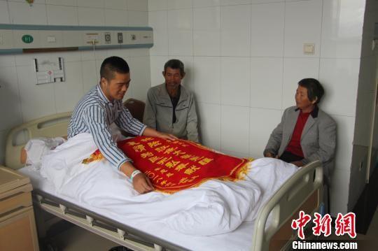 被救的李忠起、张总凤夫妇看望受伤后的李运飞。 汪渝 摄