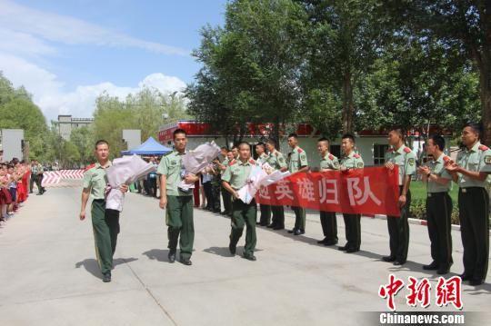 部队官兵们迎接出院归来的李运飞(中)和其他消防战士。 汪渝 摄