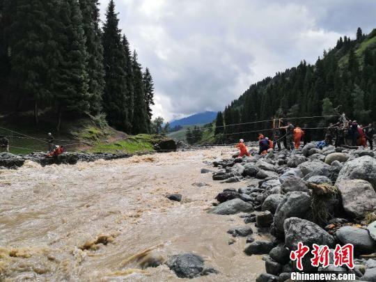 救援人员引导被困人员将抛投器上的救援绳索进行固定。 昝立红 摄