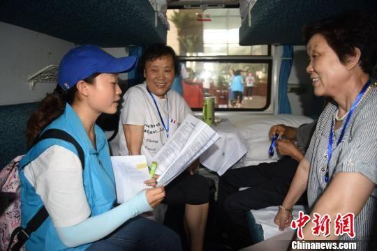 """图为游客登上""""鄂博号"""" 赵帅民 摄"""