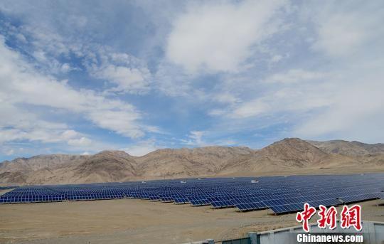 深能福塔塔什库尔干2万千瓦光伏发电项目。 勉征 摄