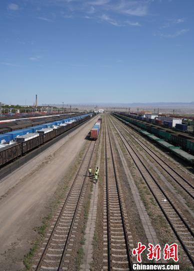 阿拉山口铁路护路民兵分队队员在铁路线上巡逻。 戚亚平 摄