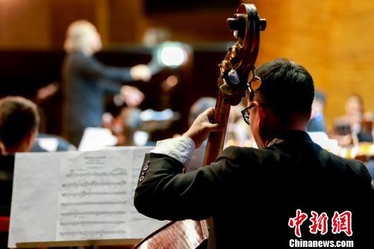乐手将情感融入乐器,演奏出醉人的旋律。 俞刘东 摄