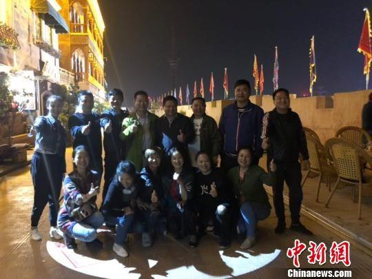 """湖南游客劳先生一行10余人本计划在喀什停留一天,但被这里独特的建筑和淳朴的民风所吸引,又逗留了4天,而且每晚都要在""""喀什?印象""""一条街上品茶。 朱景朝 摄"""