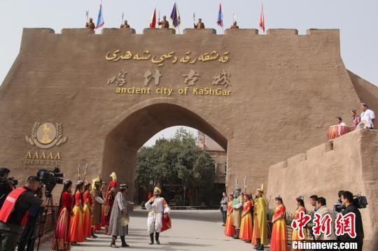 喀什古城是国家5A级景区,景区内保留着古西域建筑风貌。现在,每天举行3次入城仪式,欢迎国内外游客到访。 朱景朝 摄