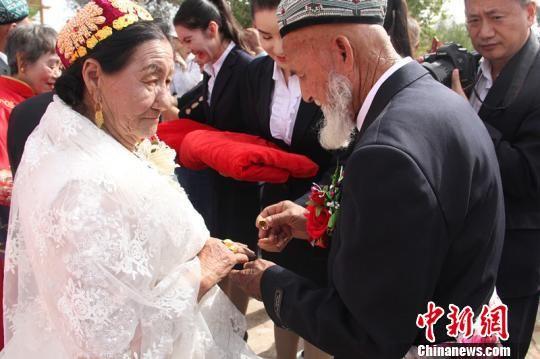 长寿老人互赠金婚礼物。 朱景朝 摄