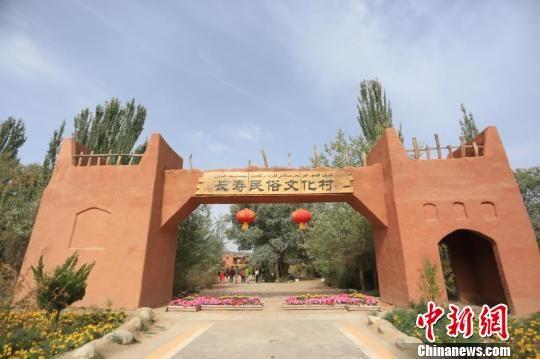 金婚庆典举办地金湖杨景区长寿民俗文化村。 朱景朝 摄