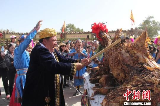 烧烤大师莫明・吾甫尔将最尊贵的礼物奉献给中外游客。 李昂 摄