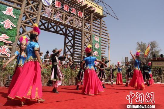 当日,少数民族传统歌舞庆祝农民丰收,祝愿祖国强大。 李昂 摄