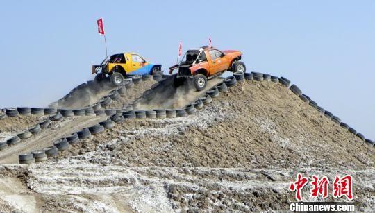 此次赛事中,汽车场地挑战赛分为A、B两道障碍赛道,汽车不分大小排量。 李桃 摄