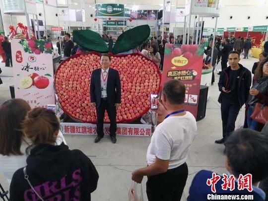 上千只苹果组成了一个巨大的苹果造型,吸引诸多客商拍照。 王小军 摄