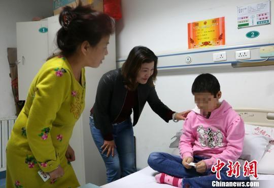 刘惠宏鼓励凯迪日耶・赛普丁好好治疗。 耿丹丹 摄