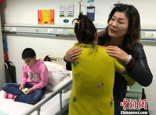 凯迪日耶・赛普丁的母亲坎拜尔尼沙・巴吾敦拥抱刘惠宏表示感谢。 耿丹丹 摄