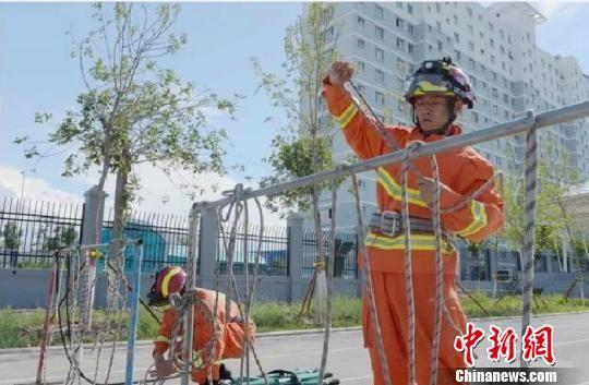 火情就是命令,两人带队执行火警任务。 张峰 摄