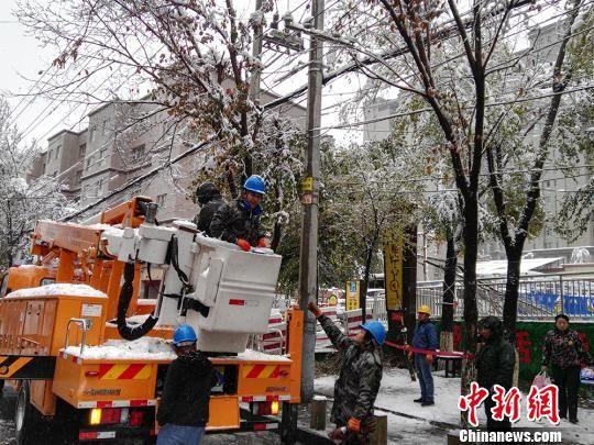 电力工作人员冒雪抢修。 戚亚平 摄