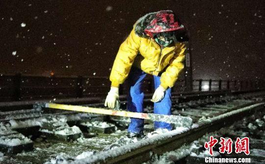 新疆铁路工作人员冒雪检查铁路线。摆风亮 摄