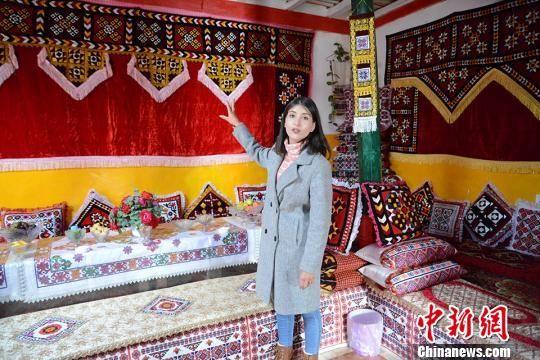 塔什库尔干塔吉克自治县游客服务中心的工作人员热孜亚正在介绍塔县开发的塔吉克群众特色民宿。 勉征 摄
