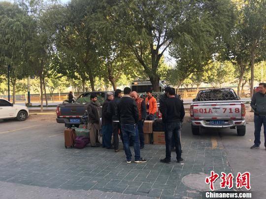 不少游客在寻找前往塔什库尔干的车,也有一些巴基斯坦商人来往于两地。 勉征 摄