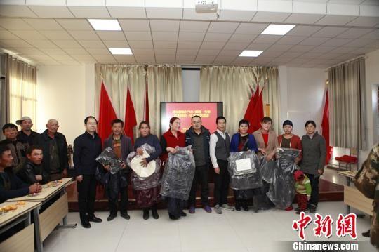 当天,武进援疆工作队赠送给村民羽绒服等礼物。 承文明 摄