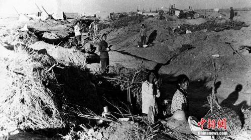 塔里木开发初期,人们住的地窝子。(翻拍图片) 易名 摄