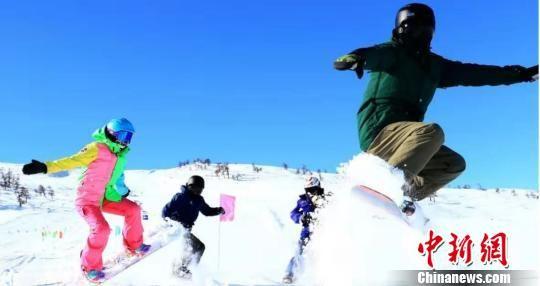 游客滑雪。阿勒泰地区旅游局提供