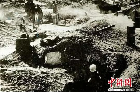 """20世纪50年代初到60年代末,新疆兵团农场职工住的""""地窝子""""。(翻拍资料片) 易名 摄"""