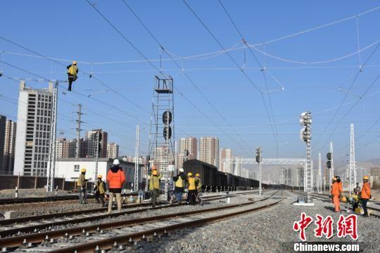 """20日12时50分新疆铁路库尔勒站场扩能改建工程""""大天窗""""一级施工正式开始。 李胜利 摄"""