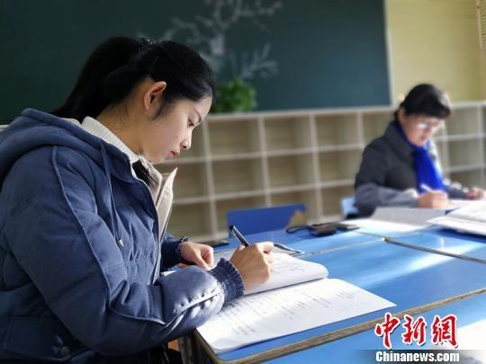 乌什・衢州小学教师在新教室里批阅试卷。 王小军 摄