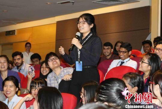 论坛上学生向传统医学专家积极提问 钟欣 摄