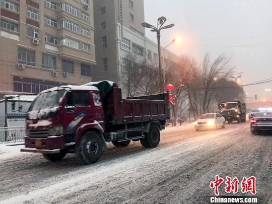 拉运积雪车辆赶往集合地点。 张冬梅 摄